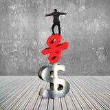 Homem de negócios que equilibra no símbolo dos por cento e no sinal de dólar vermelhos Imagem de Stock