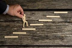 Homem de negócios que escala as etapas ao sucesso Fotos de Stock Royalty Free