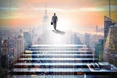 Homem de negócios que escala a escada acima de desafio da carreira no negócio co Imagem de Stock Royalty Free