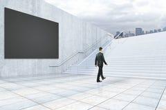 Homem de negócios que escala escadas concretas Imagens de Stock Royalty Free