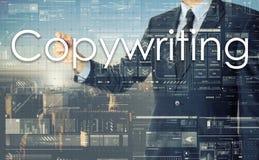 Homem de negócios que escreve Copywriting na placa transparente imagens de stock royalty free