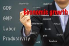 Homem de negócios que escreve o conceito da relação do crescimento econômico imagem de stock royalty free