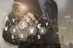 Homem de negócios que escreve o gráfico da análise financeira com dinheiro dos sinais Foto de Stock
