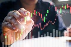 Homem de negócios que escreve o gráfico de troca do mercado de valores de ação no vir Foto de Stock
