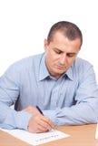 Homem de negócios que escreve um contrato Imagens de Stock