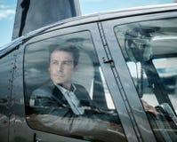 Homem de negócios que espera dentro do helicóptero privado imagens de stock