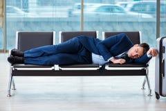 Homem de negócios que espera no aeroporto por seu plano no cla do negócio fotos de stock royalty free