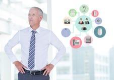 Homem de negócios que está com mãos nos quadris ao lado dos ícones da aplicação Foto de Stock Royalty Free