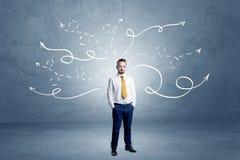 Homem de negócios que está com setas do enrolamento ao redor Imagem de Stock Royalty Free