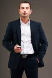 Homem de negócios que está com smartphone Imagens de Stock