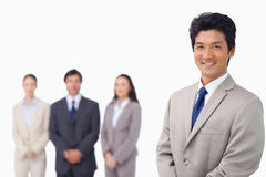 Homem de negócios que está com sua equipe atrás dele Fotografia de Stock Royalty Free