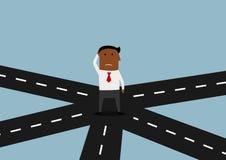 Homem de negócios que está e que pensa na estrada transversaa Imagem de Stock Royalty Free