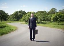 Homem de negócios que está em uma estrada imagens de stock royalty free