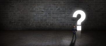 Homem de negócios que está na frente de um portal dado forma como um questionmark Imagem de Stock