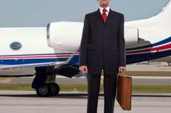 Homem de negócios que está na frente do jato incorporado imagens de stock
