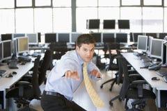 Homem de negócios que está na posição do karaté no escritório imagens de stock royalty free