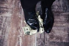 Homem de negócios que está nas notas de dólar dos E.U. Imagem de Stock Royalty Free