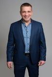 Homem de negócios que está no fundo cinzento Foto de Stock