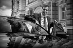 Homem de negócios que está o carro próximo Imagens de Stock Royalty Free