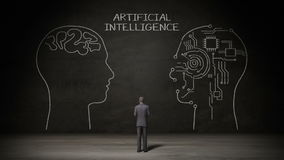 Homem de negócios que está a parede preta, forma da cabeça humana da escrita, conceito 'da inteligência artificial' no quadro ilustração royalty free