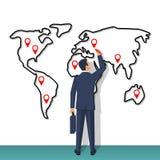 Homem de negócios que está pela parede com mapa grande Fotografia de Stock Royalty Free