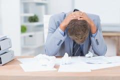 Homem de negócios que está sendo comprimido trabalhando Foto de Stock