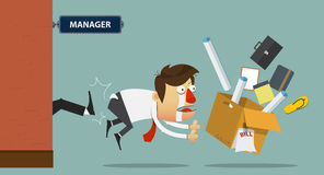 Homem de negócios que está sendo retrocedido fora da porta por seu chefe cartoon Imagens de Stock Royalty Free