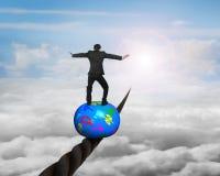 Homem de negócios que está sobre a bola que equilibra no fio ilustração stock
