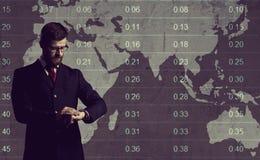 Homem de negócios que está sobre o diagrama Fundo do mapa de mundo Negócios Imagem de Stock