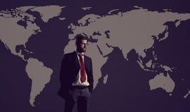 Homem de negócios que está sobre o fundo do mapa do mundo Negócio, global Fotografia de Stock