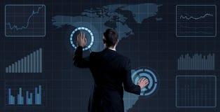 Homem de negócios que está sobre o fundo futurista do mapa Negócio, t Fotos de Stock
