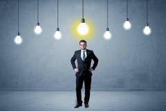 Homem de negócios que está uninspired com bulbos acima Fotografia de Stock
