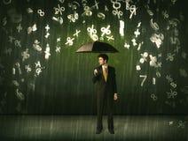 Homem de negócios que estão com guarda-chuva e números 3d que chovem o concep Fotos de Stock