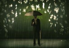 Homem de negócios que estão com guarda-chuva e números 3d que chovem o concep Fotos de Stock Royalty Free