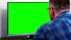 Homem de negócios que estuda dados em seu monitor desktop video estoque