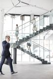 Homem de negócios que fala ao andar no escritório novo foto de stock royalty free