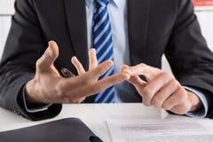 Homem de negócios que fala com mãos sobre ruls e regulamentos Fotos de Stock