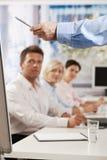 Homem de negócios que fala na apresentação Fotos de Stock