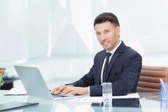 Homem de negócios que fala no Internet no local de trabalho Foto de Stock