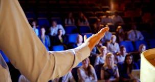 Homem de negócios que fala no seminário do negócio sobre a fase no auditório 4k filme