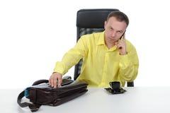 Homem de negócios que fala no telefone. fotografia de stock royalty free