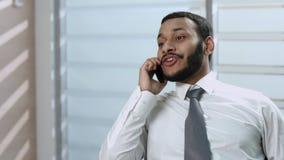 Homem de negócios que fala no telefone video estoque