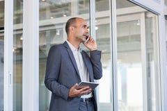 Homem de negócios que fala no telefone imagens de stock royalty free