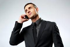 Homem de negócios que fala no telefone celular Fotografia de Stock Royalty Free