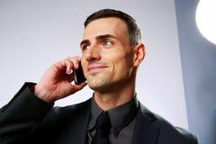 Homem de negócios que fala no telefone celular Imagem de Stock
