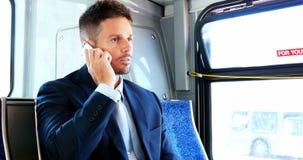 Homem de negócios que fala no telefone celular ao viajar video estoque