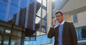 Homem de negócios que fala no telefone celular na rua 4k filme