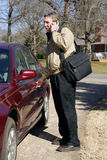 Homem de negócios que fala no telefone de pilha Fotografia de Stock Royalty Free