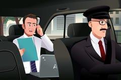 Homem de negócios que fala no telefone em um carro Imagem de Stock