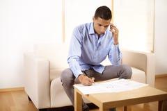 Homem de negócios que fala no telefone móvel Imagem de Stock Royalty Free